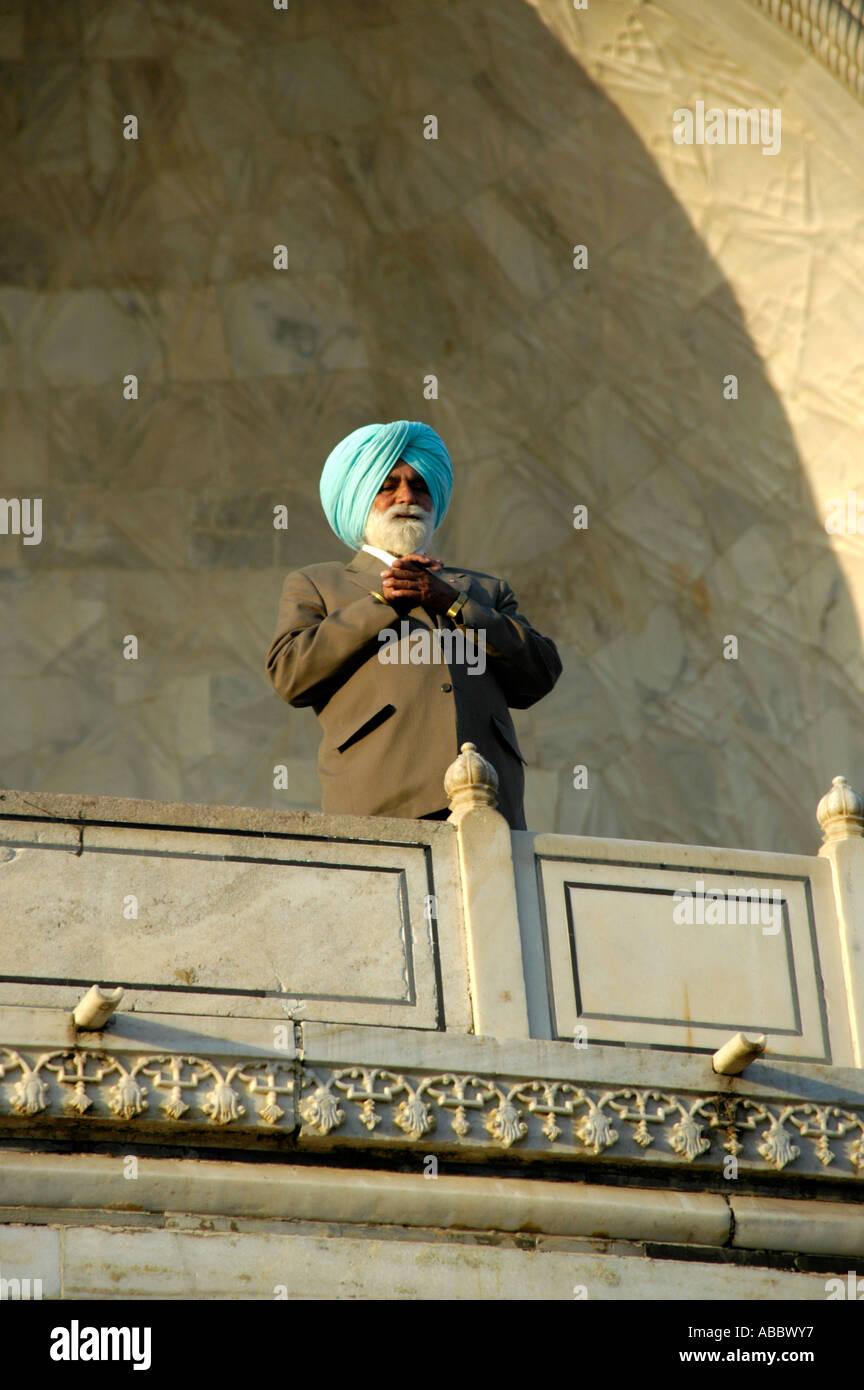 La religione sikh uomo che indossa un turbante turquise in piedi su un balcone Taj Mahal Agra Uttar Pradesh, India Immagini Stock