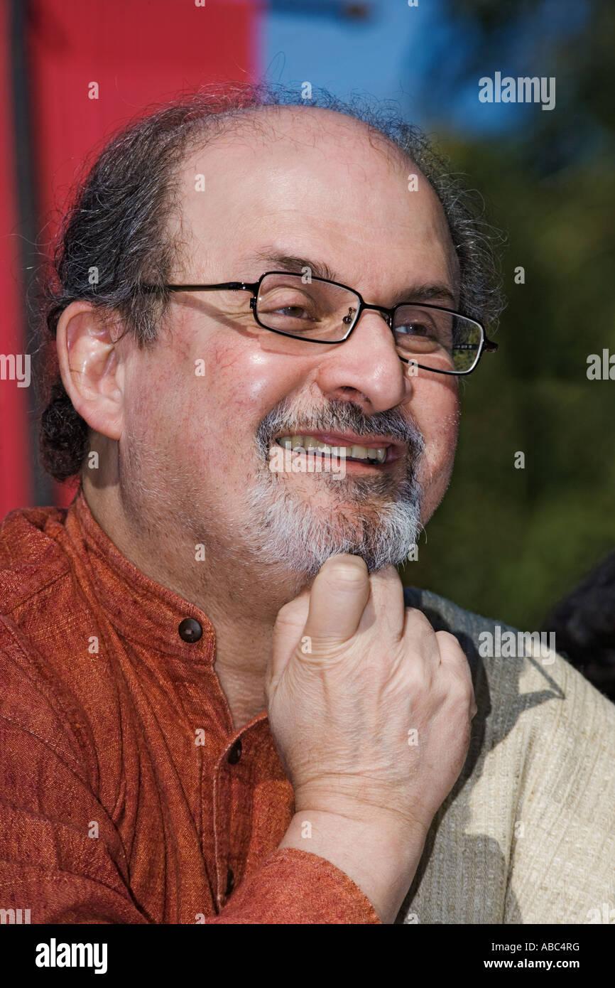 Salman Rushdie un ben noto autore nativo di India Immagini Stock