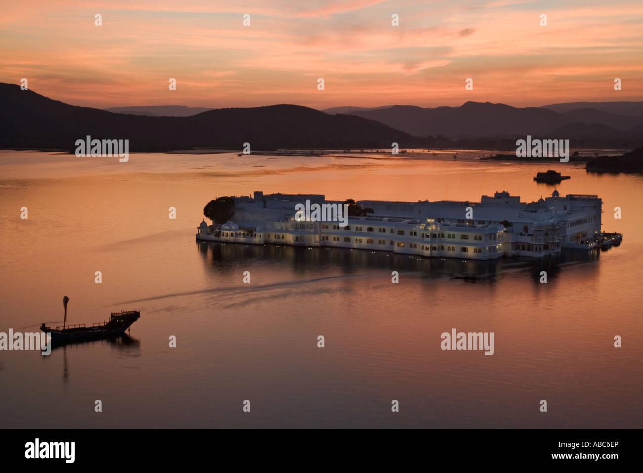 Jag Niwas al tramonto conosciuto anche come Lago Palace Hotel. Lago Pichola. Udaipur India Immagini Stock