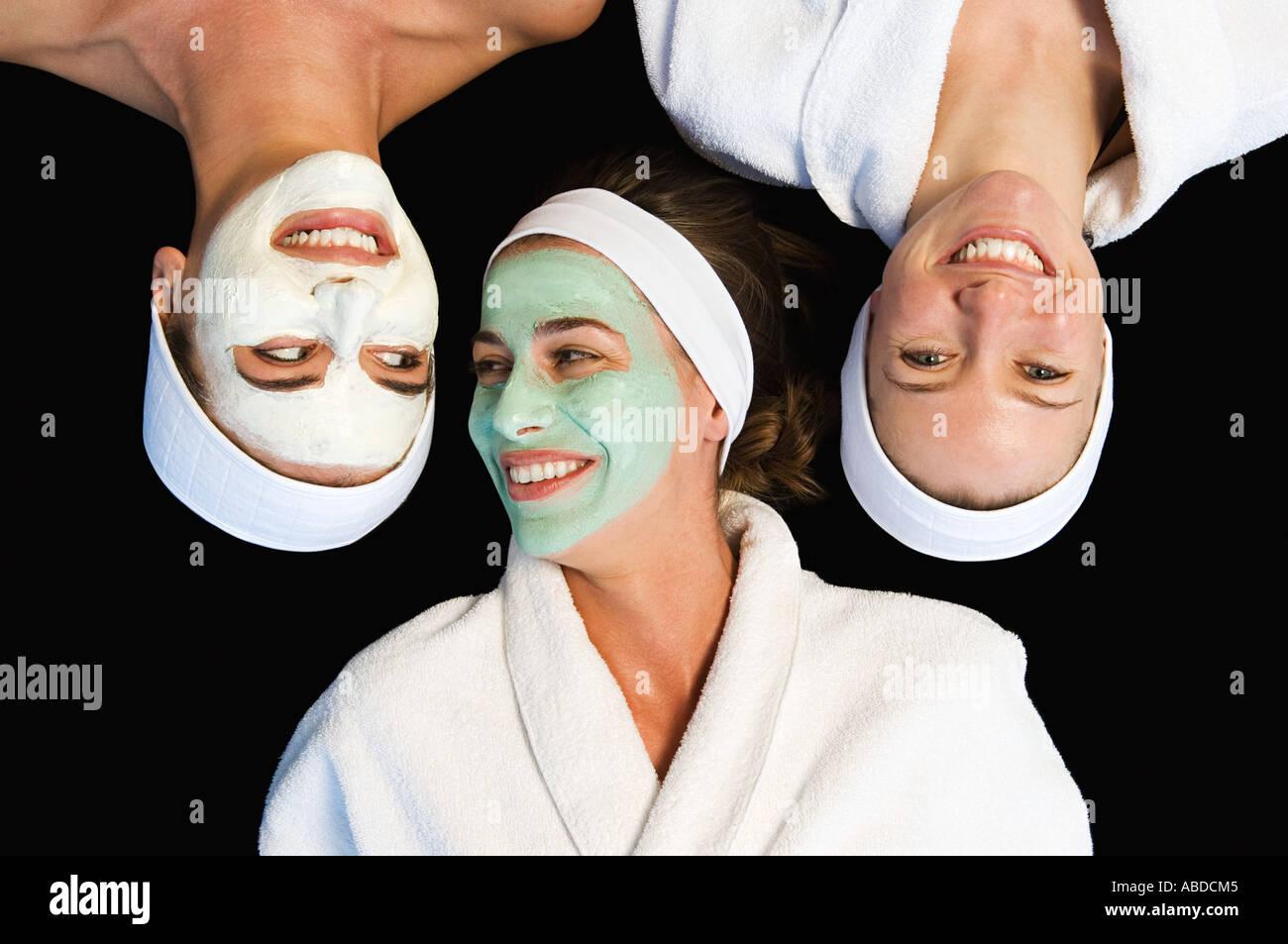 Amici indossando maschere per il viso Immagini Stock