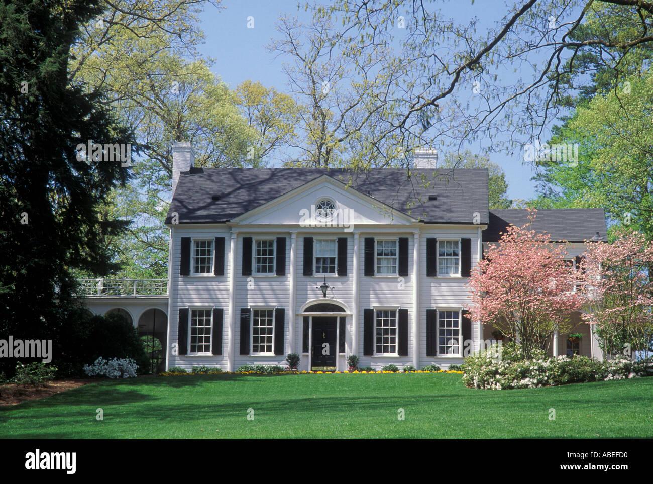 Indovina  da un'immagine il Film - Pagina 23 Bianco-casa-coloniale-rosa-sanguinello-alberi-prato-delle-colonne-buckhead-atlanta-in-georgia-abefd0