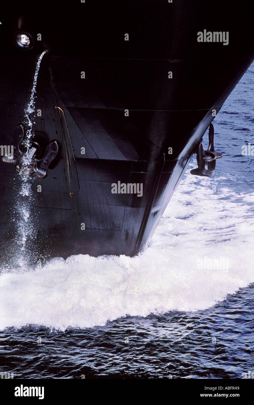 La prua di un cargo è visto da vicino a un angolo di 45 gradi Immagini Stock