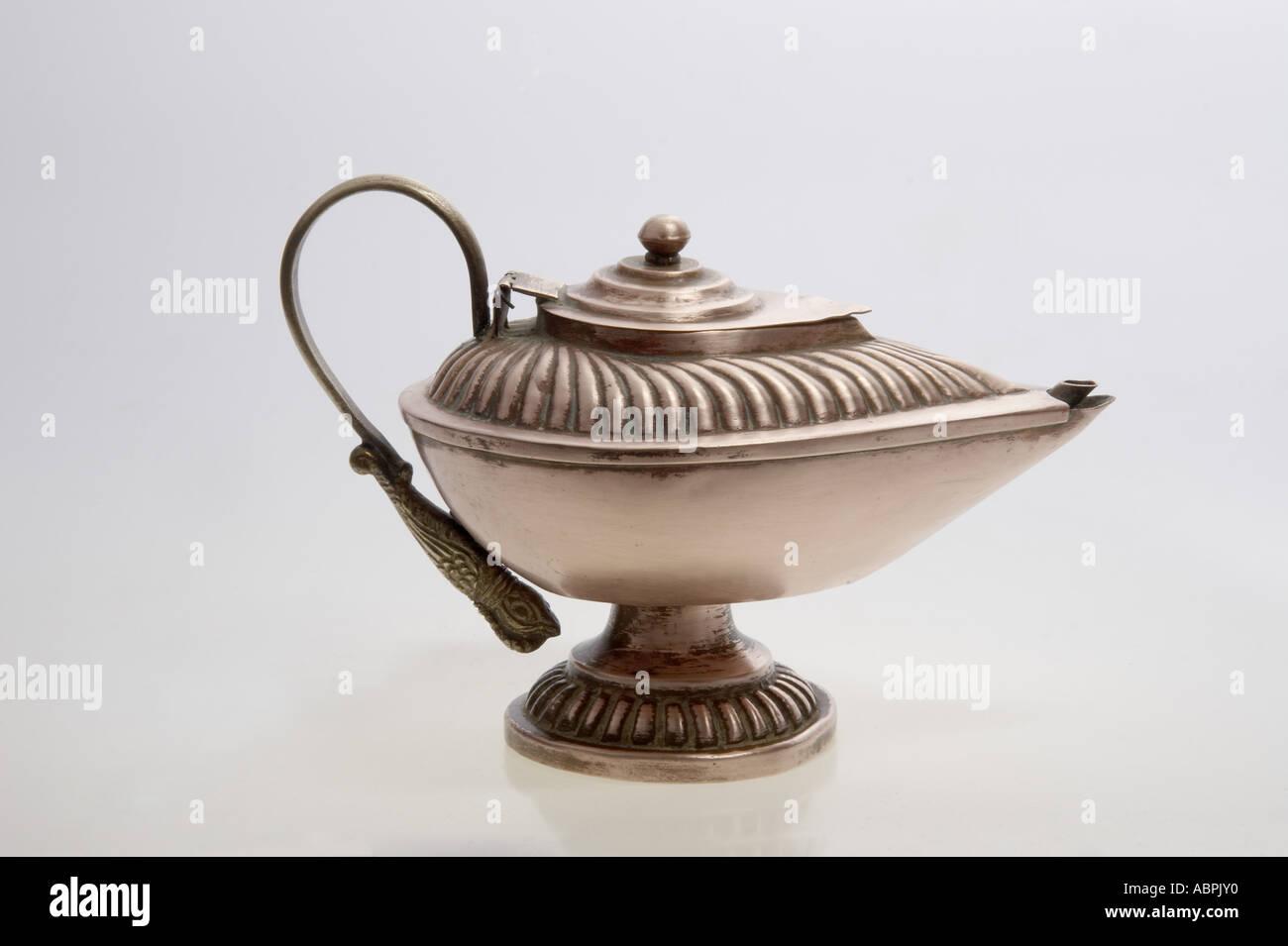 AAD78985 rame olio lampada magic Genie in una bottiglia tre desideri Immagini Stock