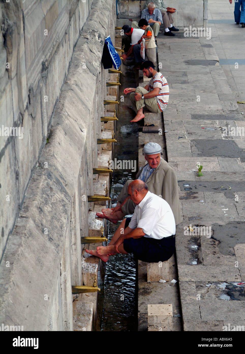 Wusu cerimoniale di lavaggio prima della preghiera Immagini Stock