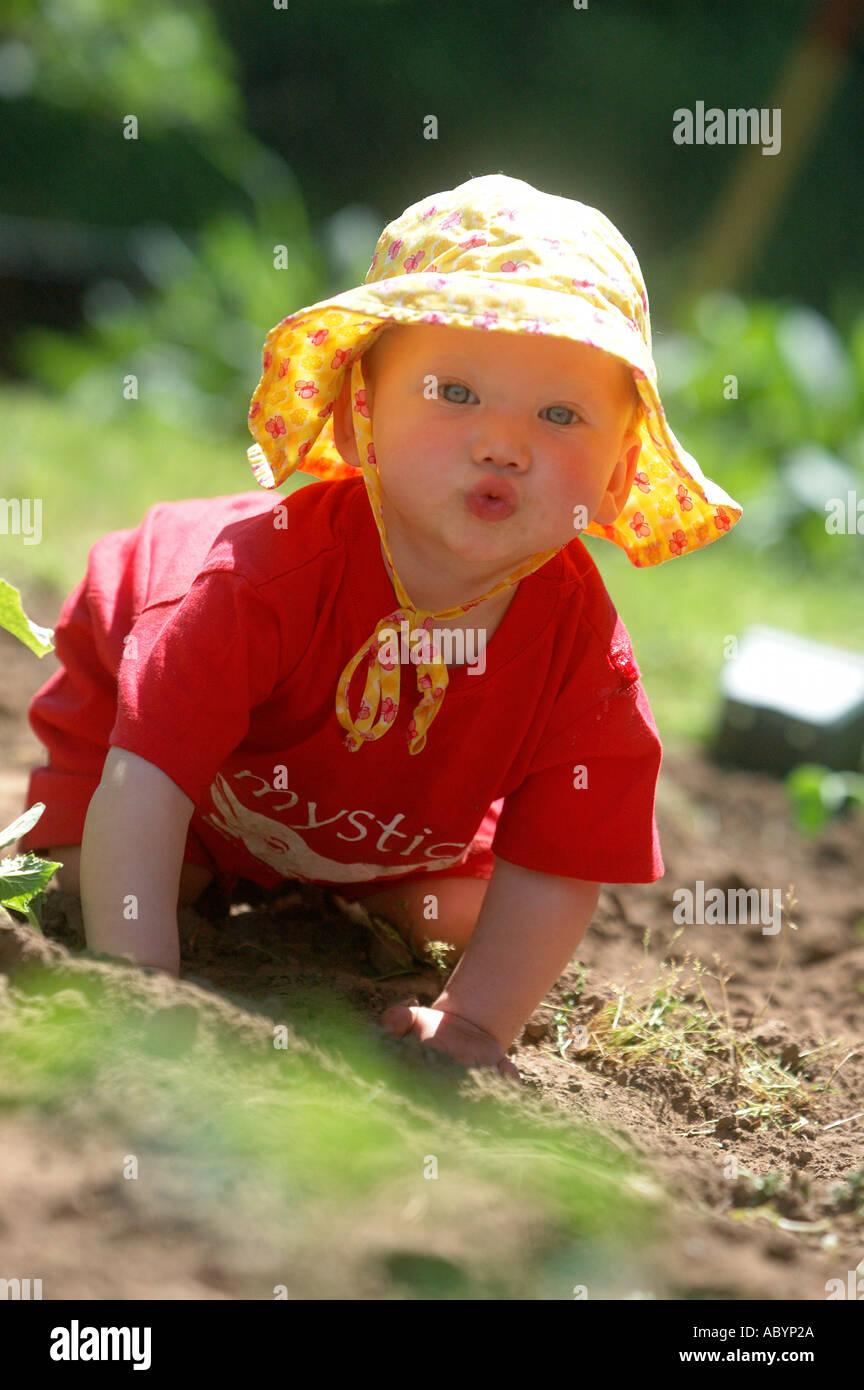 Baby bimbo gattona neonato cappello giallo maglietta rossa esplorare  giardino giardiniere lavora il giardino sporco vegtables esplorare crwal  outs dedb8897b91b
