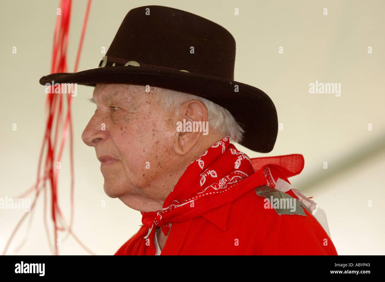 Il vecchio uomo vecchio anziani di età compresa tra i capelli grigi  maglietta rossa cappello da cowboy western hat black hat red bandana uomo  rosso Sambuco ... f57d4d1300a0