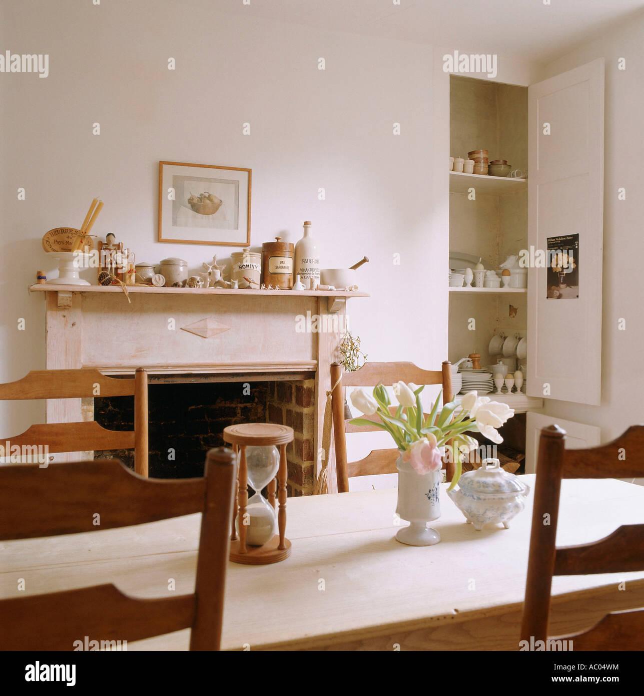 Vista di una sala da pranzo in un edificio restaurato del English ...