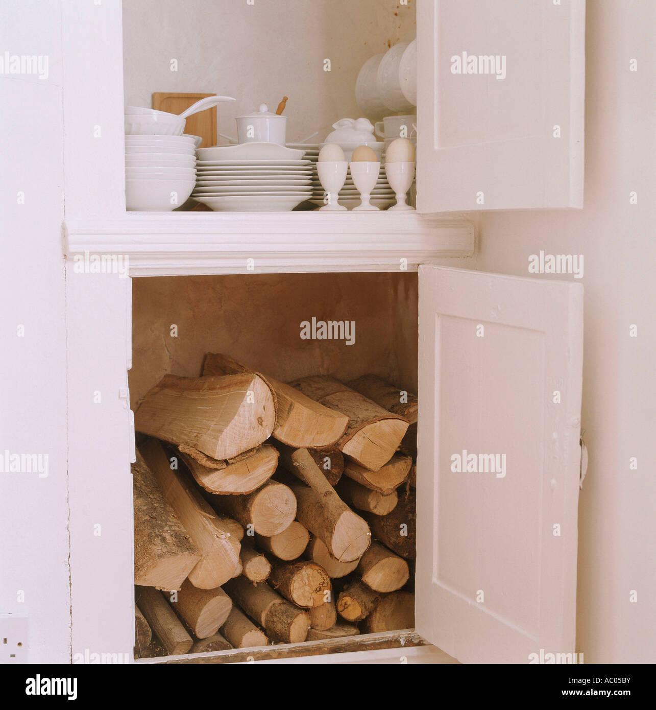 Cucina aperta dispense contenenti la legna e stoviglie Immagini Stock