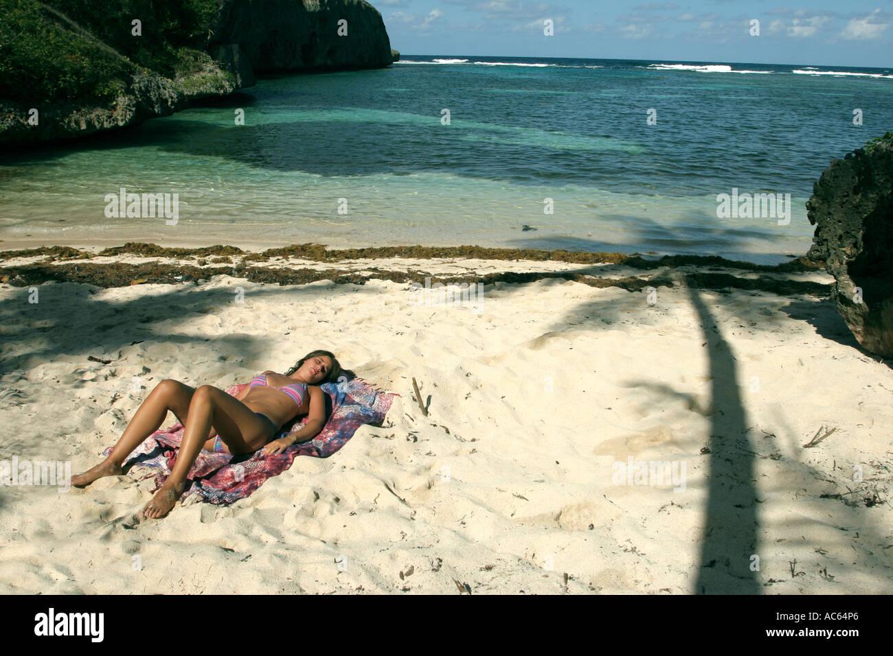 Una giovane donna di prendere un bagno di sole in una deserta