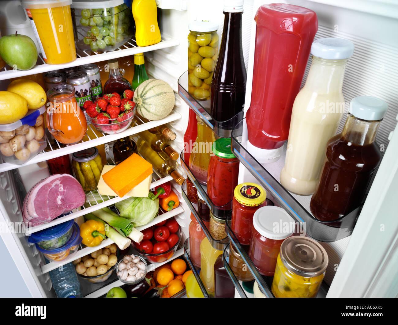 Aprire il frigo pieno Immagini Stock