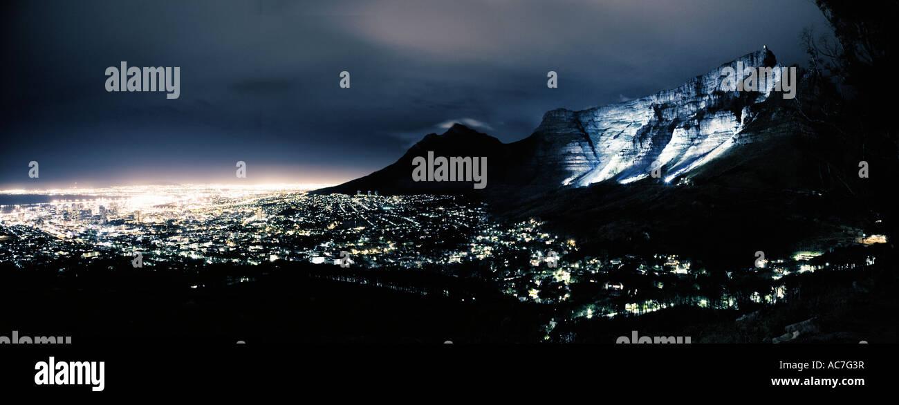 Città del Capo e di Table Mountain night shot da un aeroplano finestra Immagini Stock