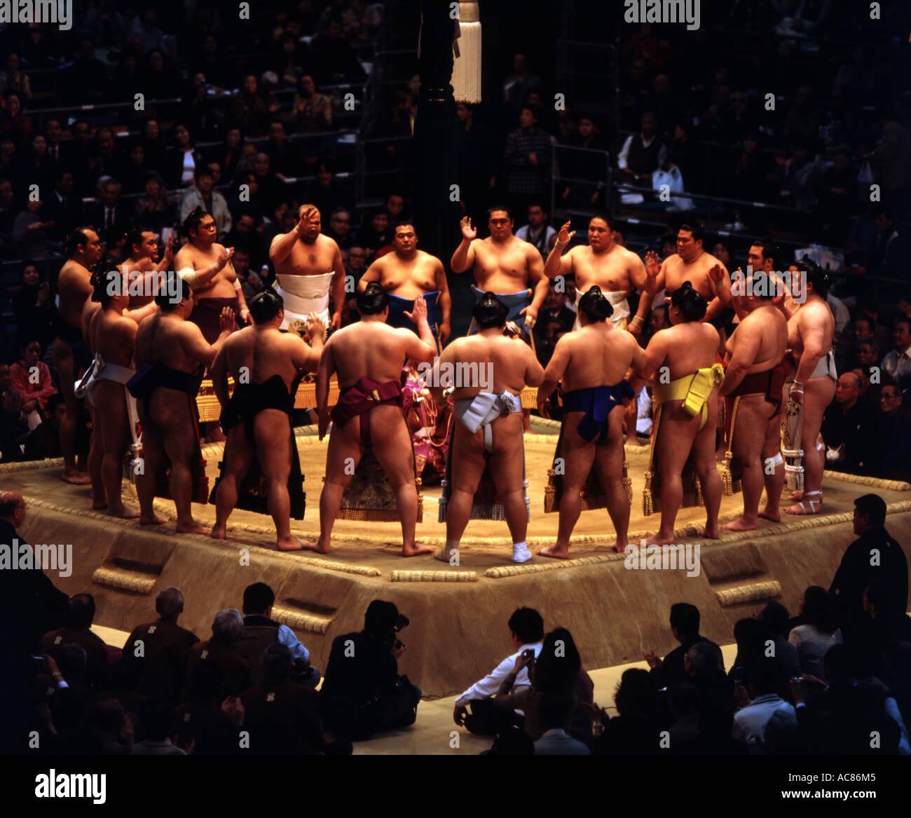 Lottatori di Sumo a Osaka Basho 2006 anello cerimonia di immissione Immagini Stock