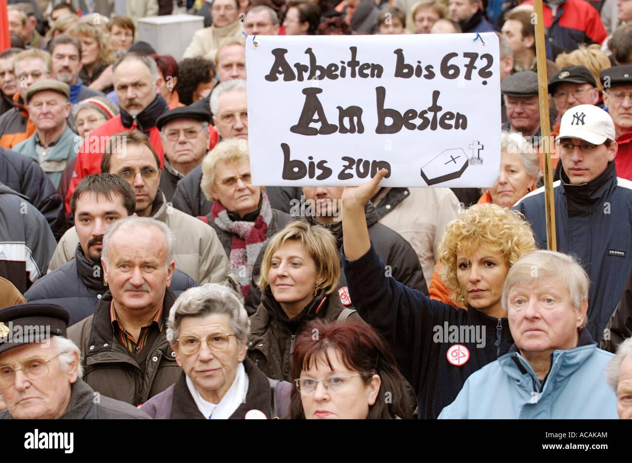 """La protesta contro la pensione di pagare con 67. Segno: """"Lavorare fino a 67? Meglio fino a exitus"""" Immagini Stock"""