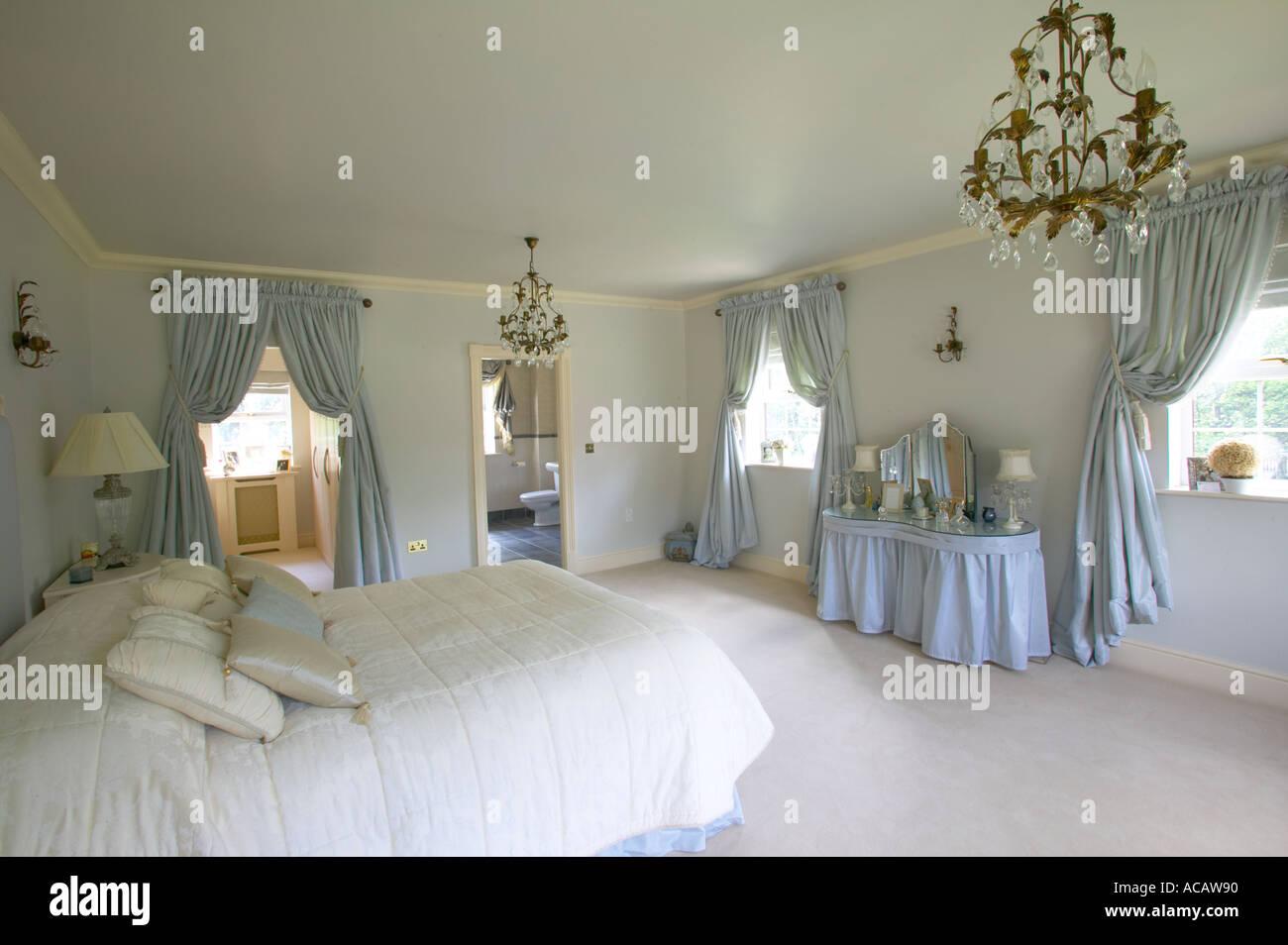 La camera da letto padronale di ampia casa con spogliatoio e bagno en suite foto immagine - Camera da letto con bagno ...
