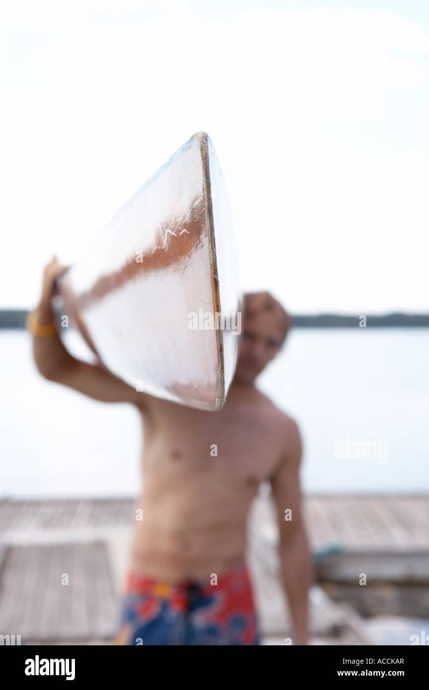 Un kayak essendo portato da un uomo di close-up. Immagini Stock