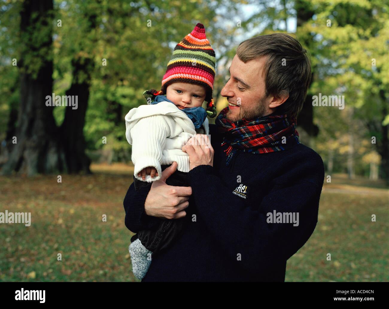 Un bambino portato da suo padre. Immagini Stock