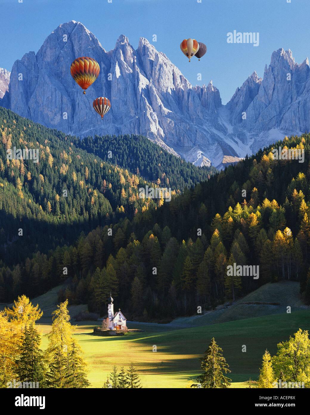IT - DOLIMITES: San Giovanni in Ranui e Geisler Spitzen Montagne Immagini Stock