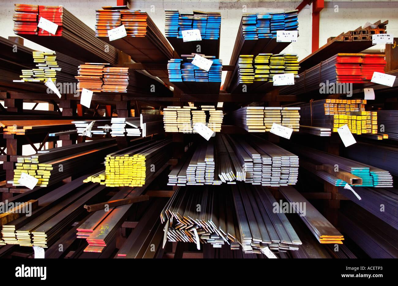 L'industria del Regno Unito - travetti di acciaio su un rack a una ditta produttrice, REGNO UNITO Immagini Stock