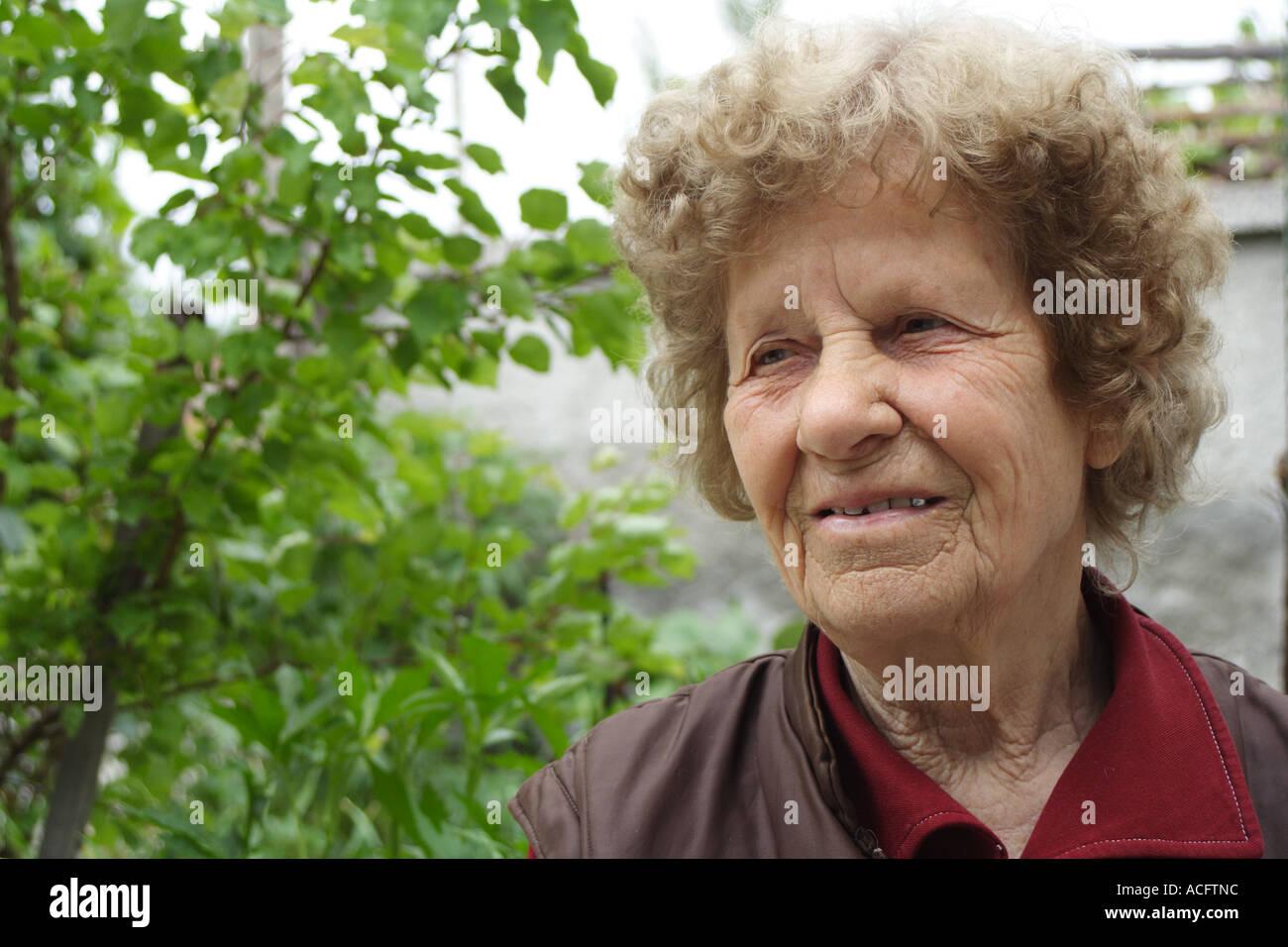 Portret della vecchia donna. Immagini Stock