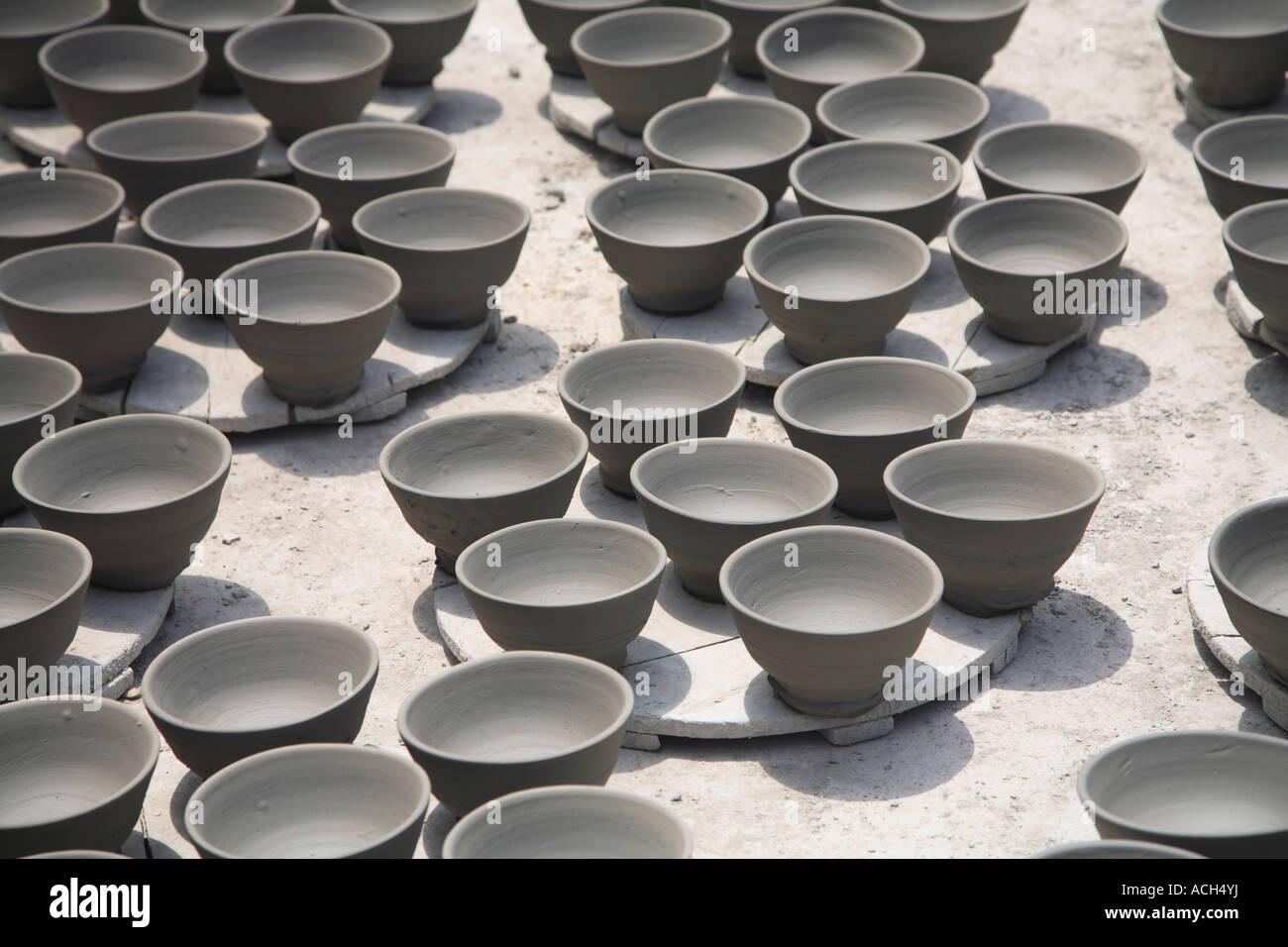 Ciotole in ceramica essiccazione ad una cooperativa di ceramiche
