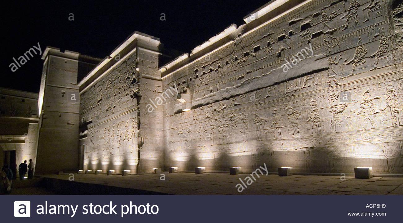 La parete esterna del principale tempio di philae inondate di