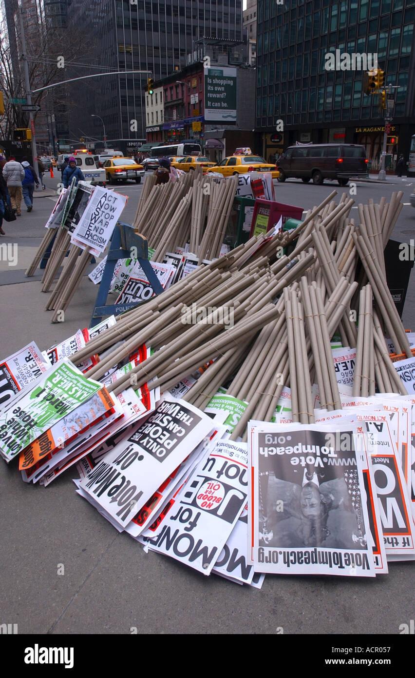 Segni di protesta su un marciapiede prima massiccia new york city la guerra di Iraq protesta Immagini Stock