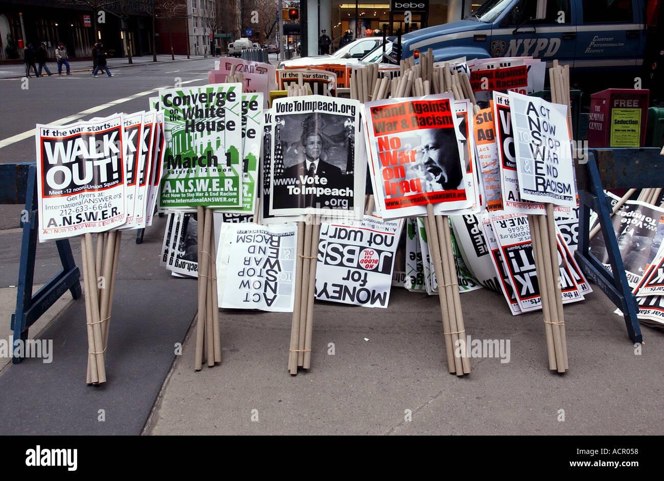 Segni di protesta su un marciapiede prima massiccia new york city la guerra di Iraq protesta Foto Stock