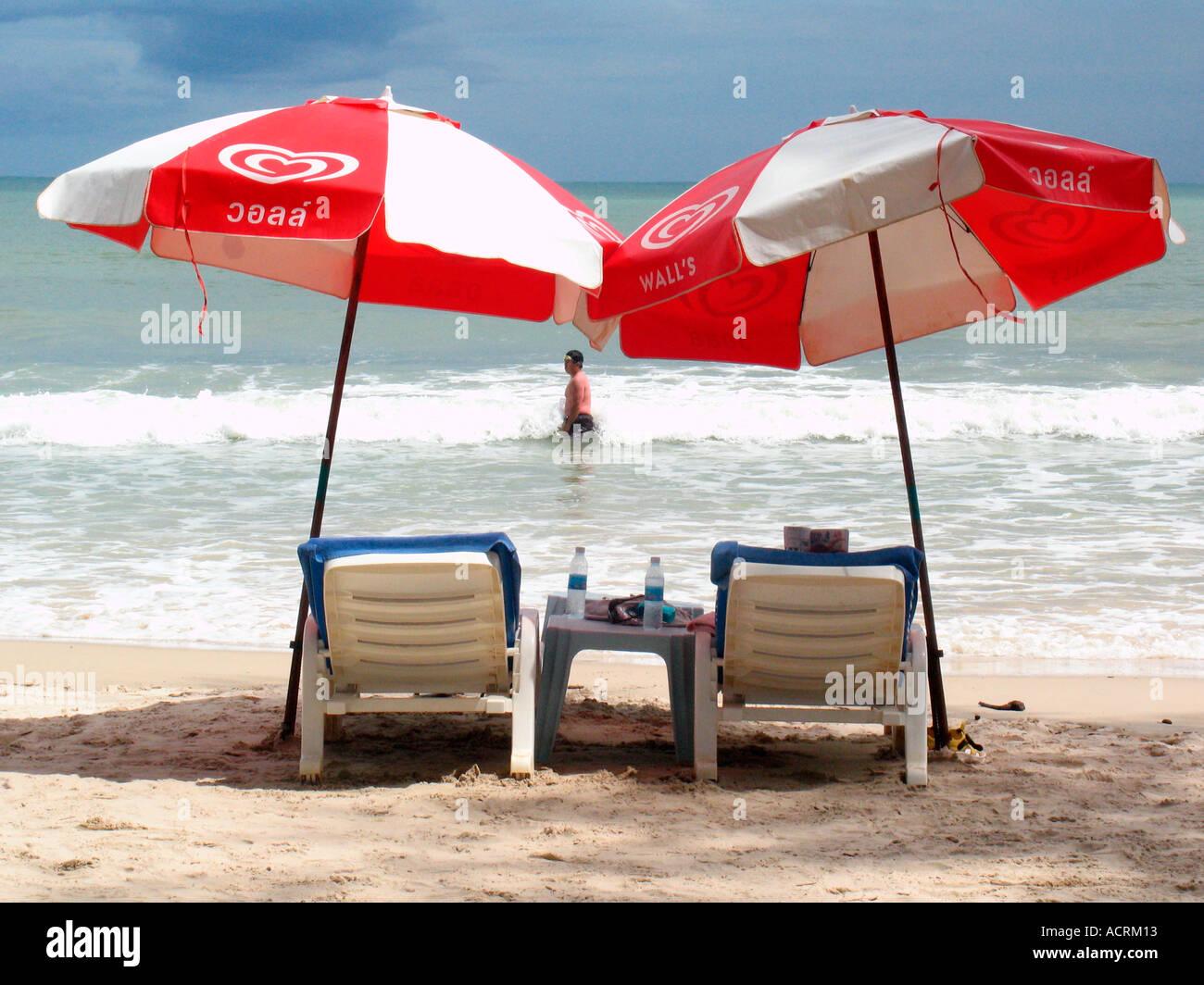 Lo Sdraio O La Sdraio.Due Ombrelloni E Sedie A Sdraio Sulla Spiaggia Di Patong Phuket