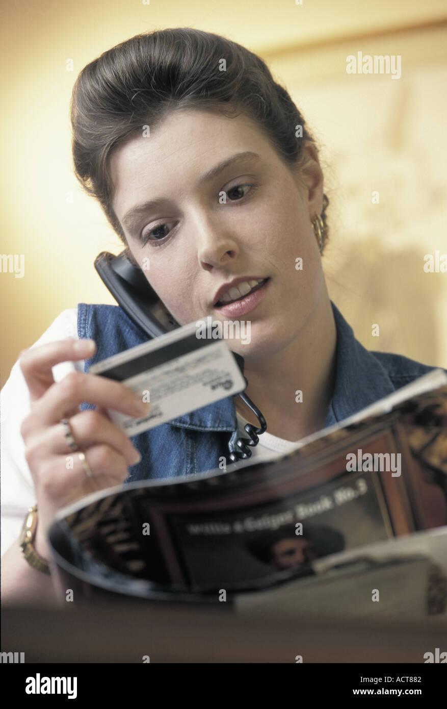 Ritratto di donna caucasica ordinare da un catalogo oltre il telefono con una carta di credito Immagini Stock