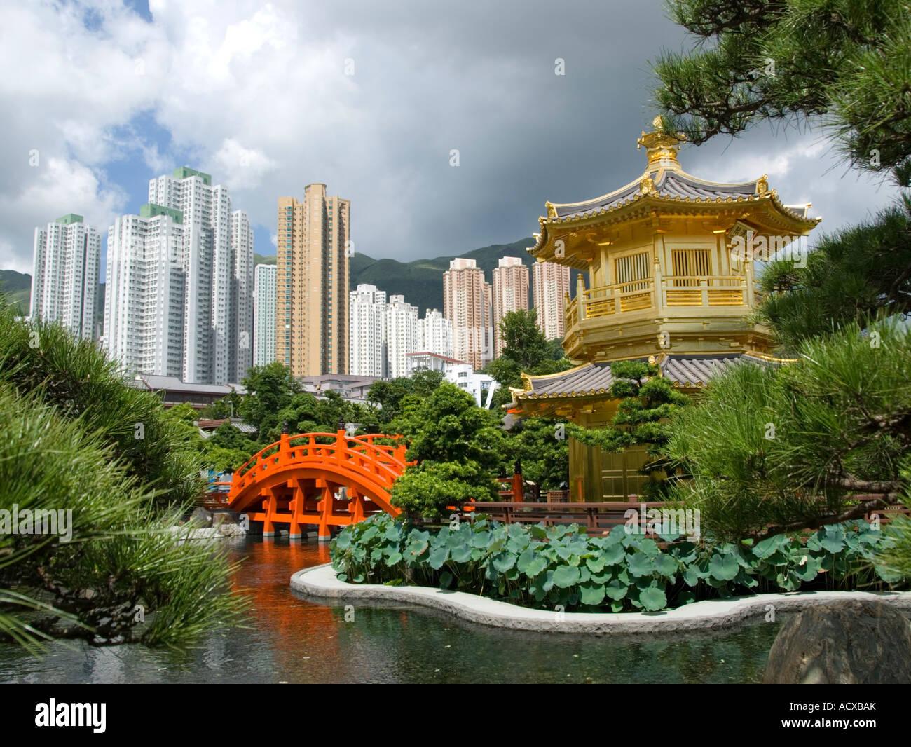 Il Padiglione Dorato e il ponte rosso di Nan Lian giardino accanto a Chi Lin Monastero Hong Kong 2007 Immagini Stock