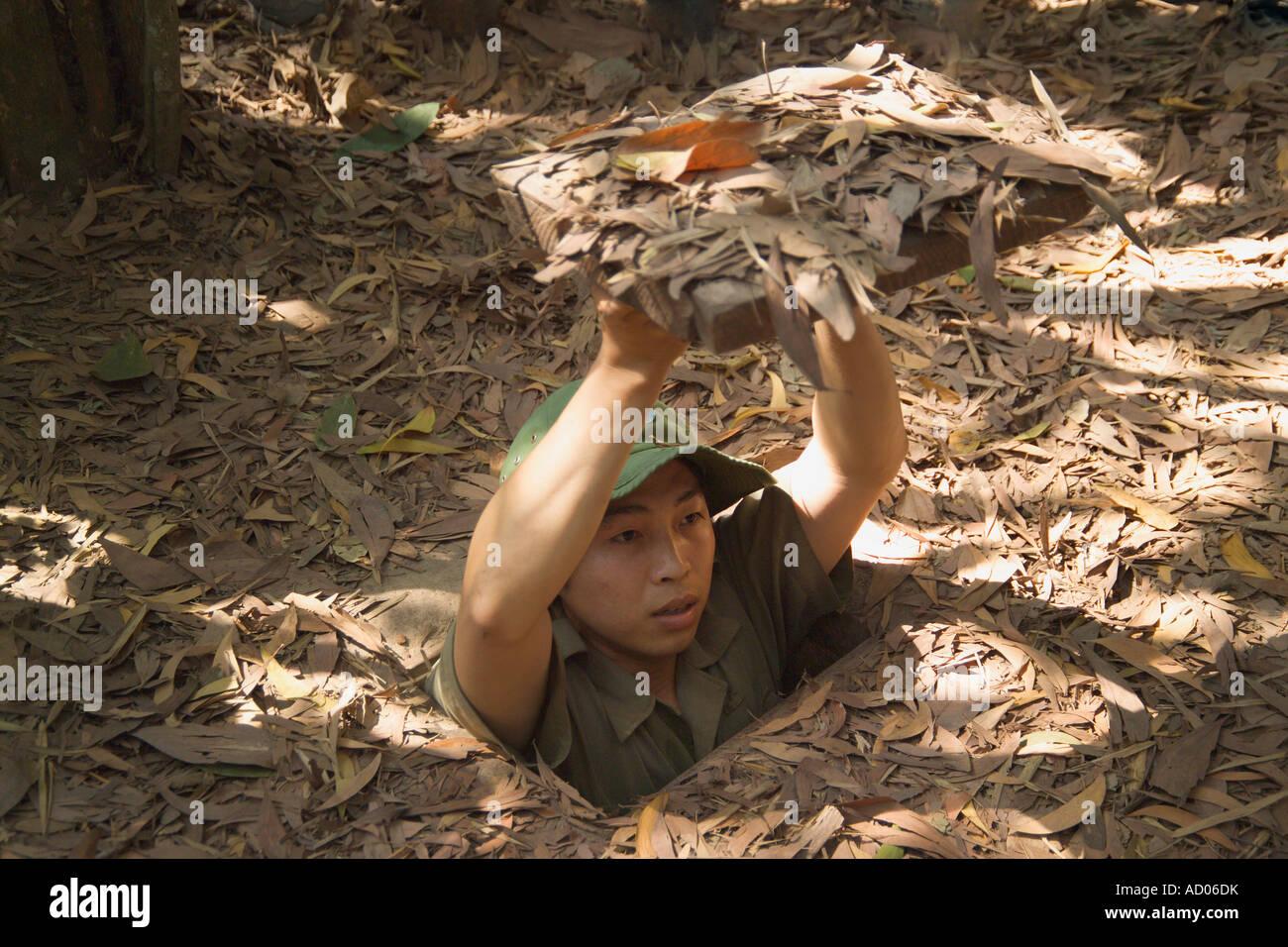 """Guida illustra come ottenere nel """"Tunnel di Cu Chi"""" """"provincia di Tay Ninh' Vietnam Immagini Stock"""