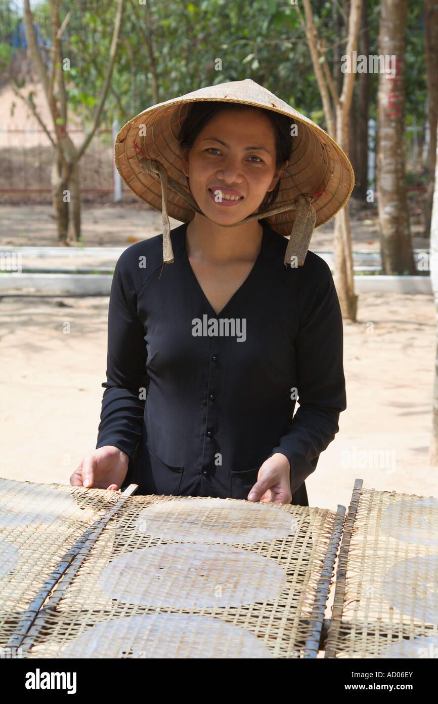 """Donna fare torte di riso """"Cu Chi"""" """"provincia di Tay Ninh' Vietnam Immagini Stock"""