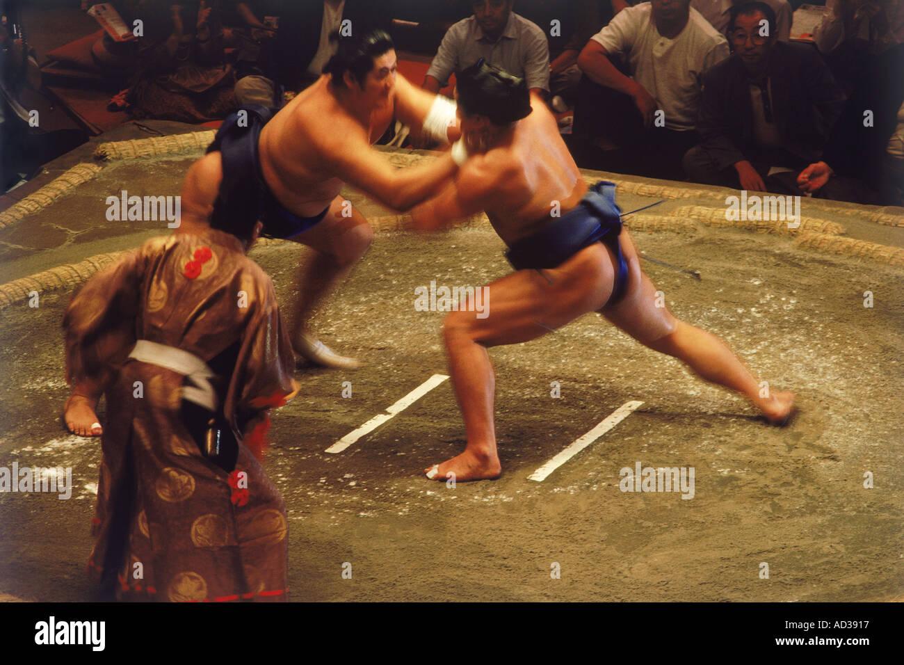 Lottatori di Sumo indossando mawashi o perizoma combattimenti in cerchio chiamato dohyo Immagini Stock