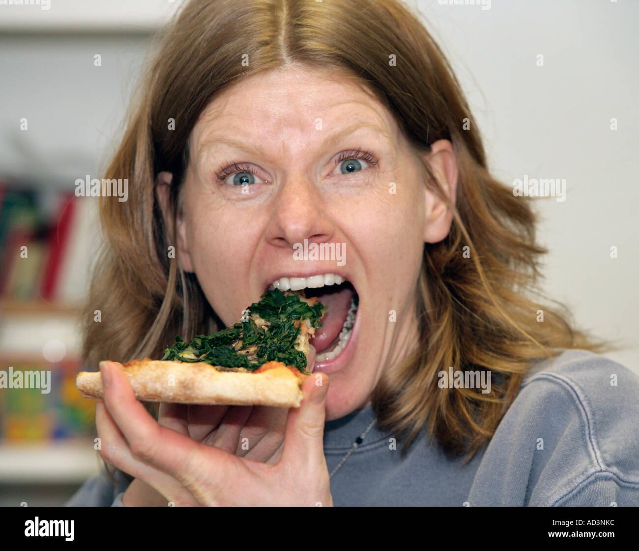 Pizza strega mangiare l'ultimo pezzo di Pizza Immagini Stock