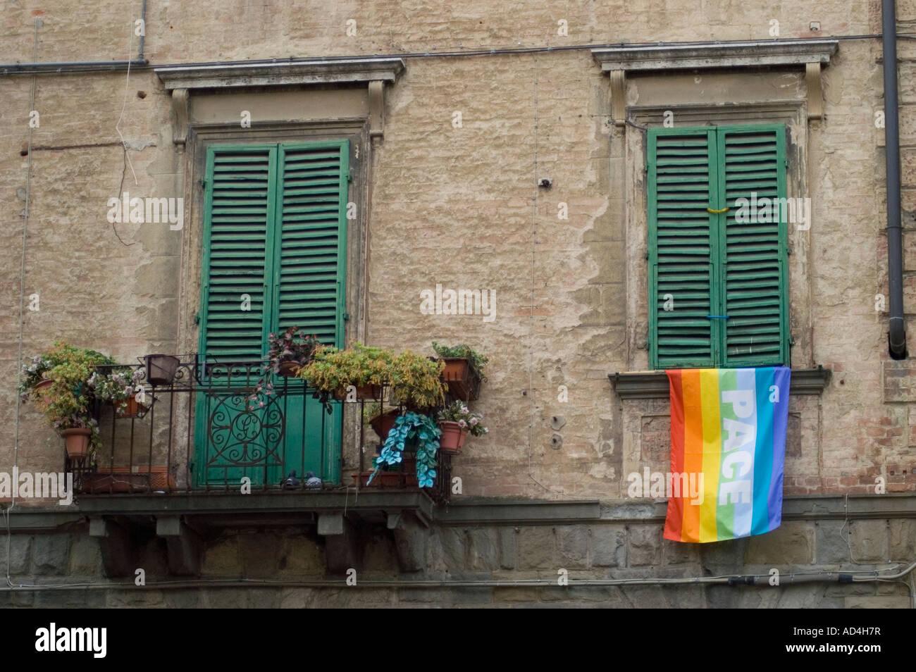 Bandiera della pace appesa da un balcone a Venezia Italia durante la Seconda Guerra del Golfo Venezia Italia Maggio 2003 Foto Stock