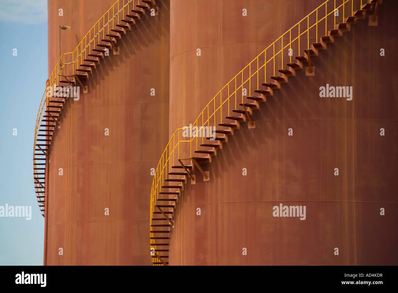 Dettaglio delle scale della curvatura intorno a grandi serbatoi di stoccaggio Immagini Stock