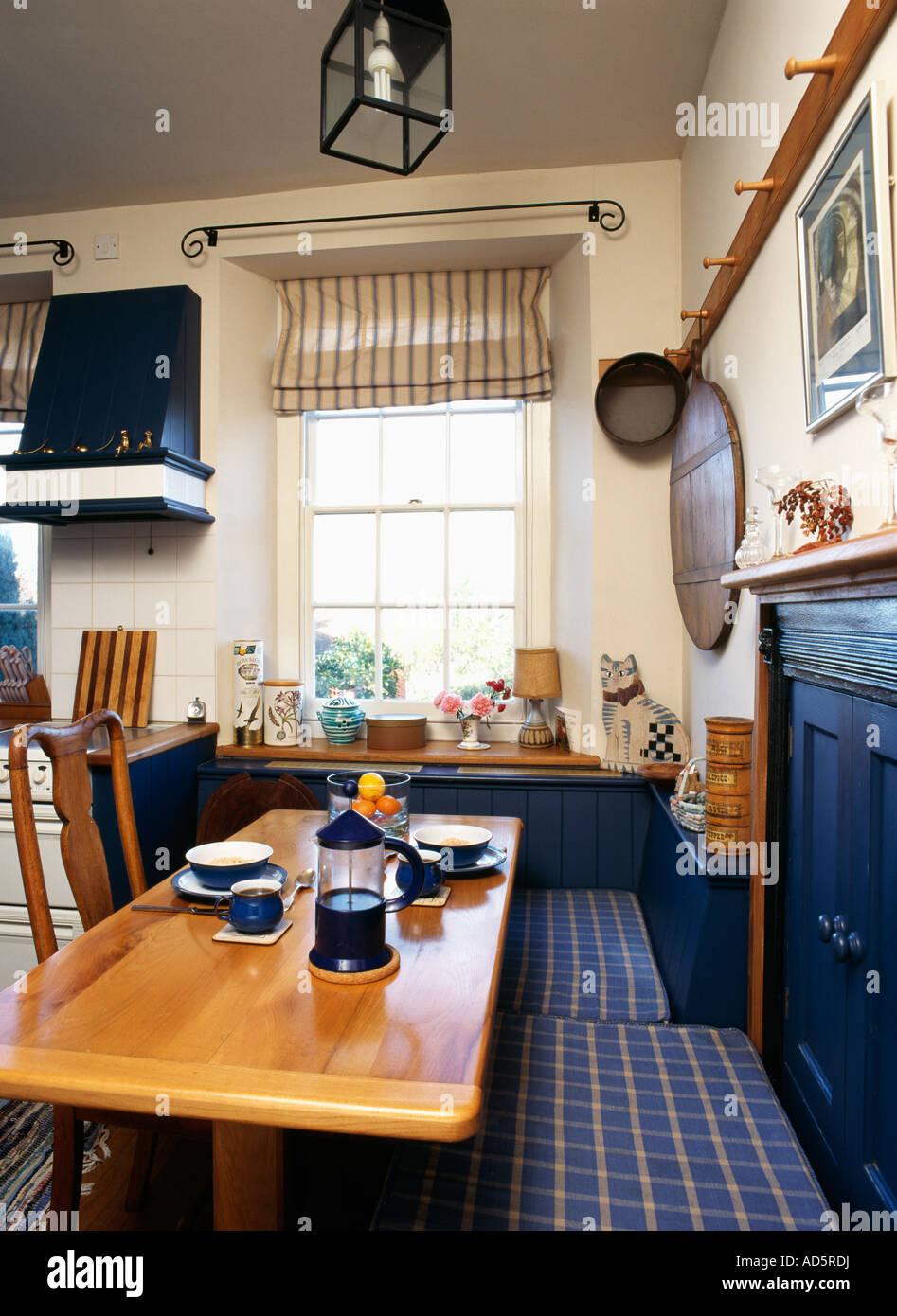 Cuscini Per Panche Cucina.Cafetiere E Tazze Sul Tavolo Di Legno Con Blue Controllare Cuscini