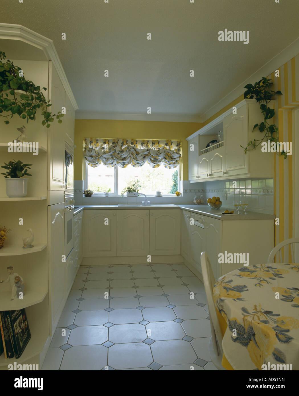 Colore pastello giallo cucina soggiorno con pavimento piastrellato ...