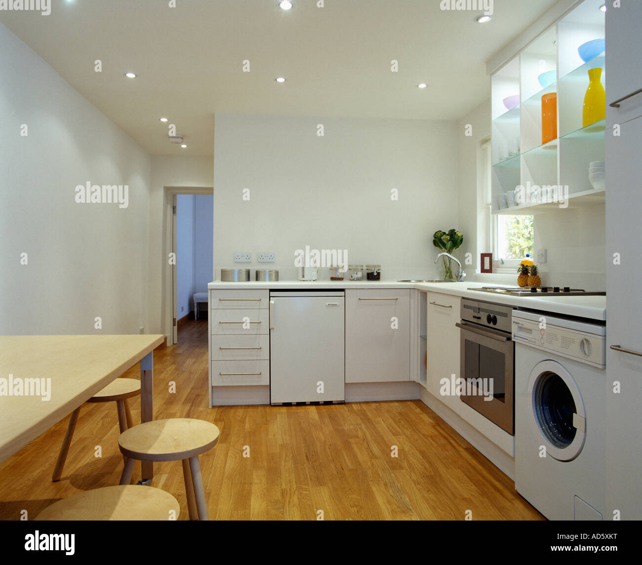 Lavatrice cucina cucina con armadi marrone lavatrice e - Lavatrice in cucina ...
