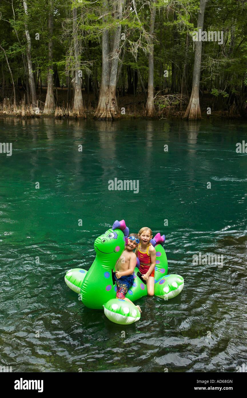 Bambini su zattera a Manatee Springs State Park, North Florida Immagini Stock