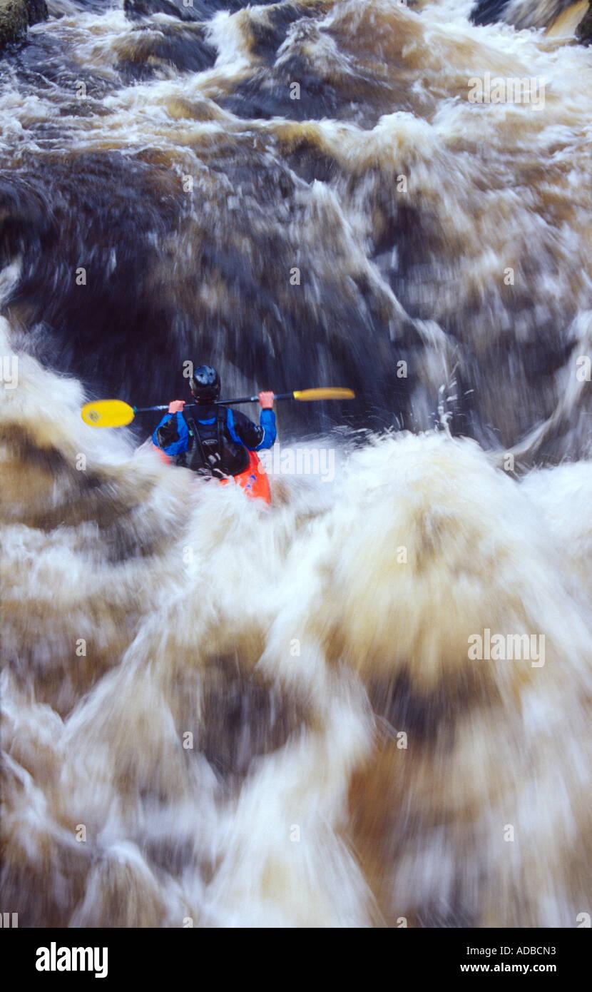 Il kayak sul fiume Tryweryn, Galles. Immagini Stock