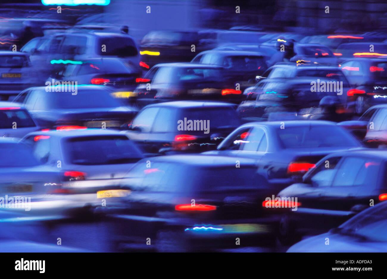 In Francia il traffico di Parigi di notte sfocato Immagini Stock