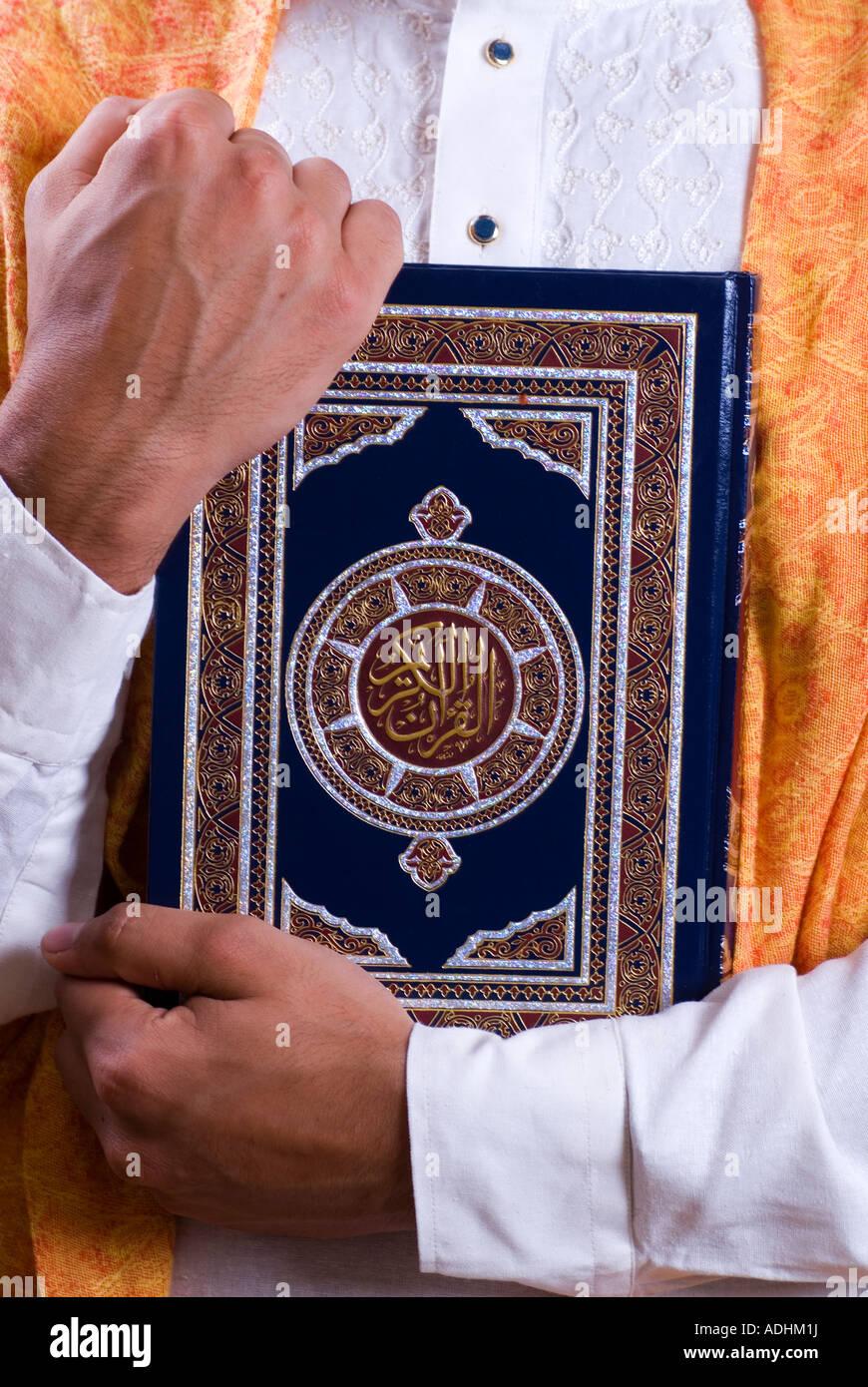 Uomo con Corano Immagini Stock