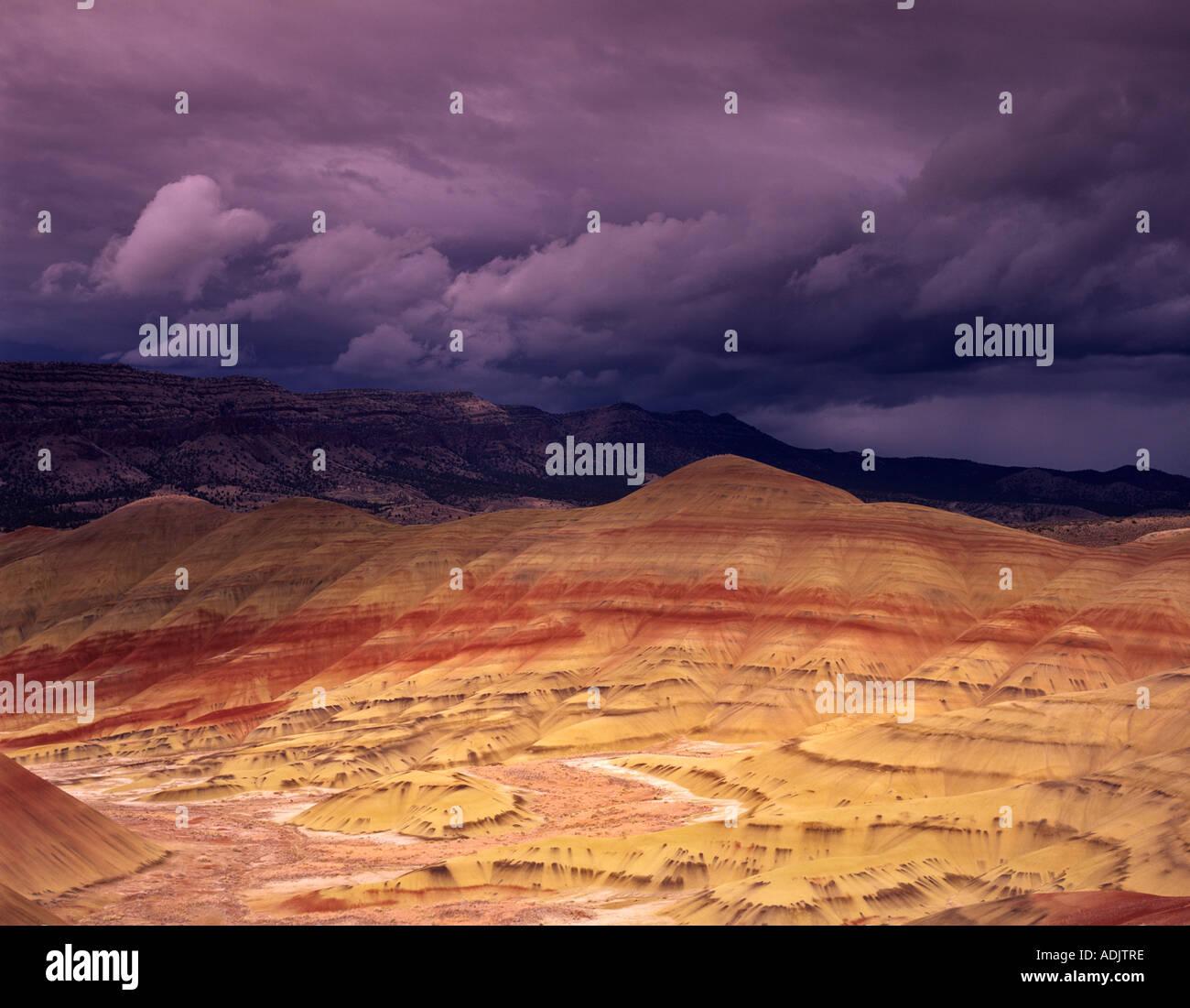 Colline dipinte con nuvole temporalesche John Day Fossil Beds National Monument Oregon Immagini Stock