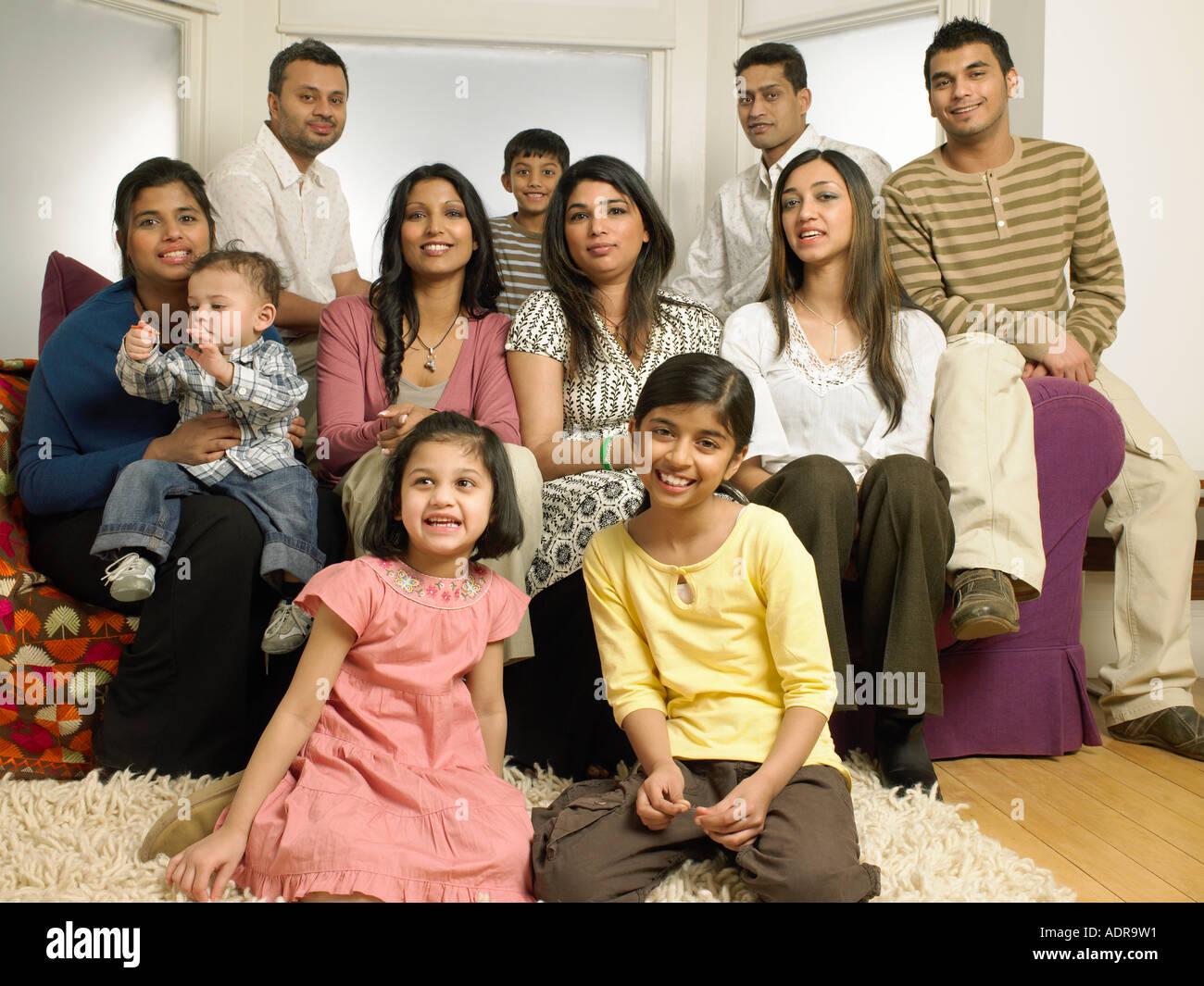 Grande famiglia indiana in salotto Immagini Stock