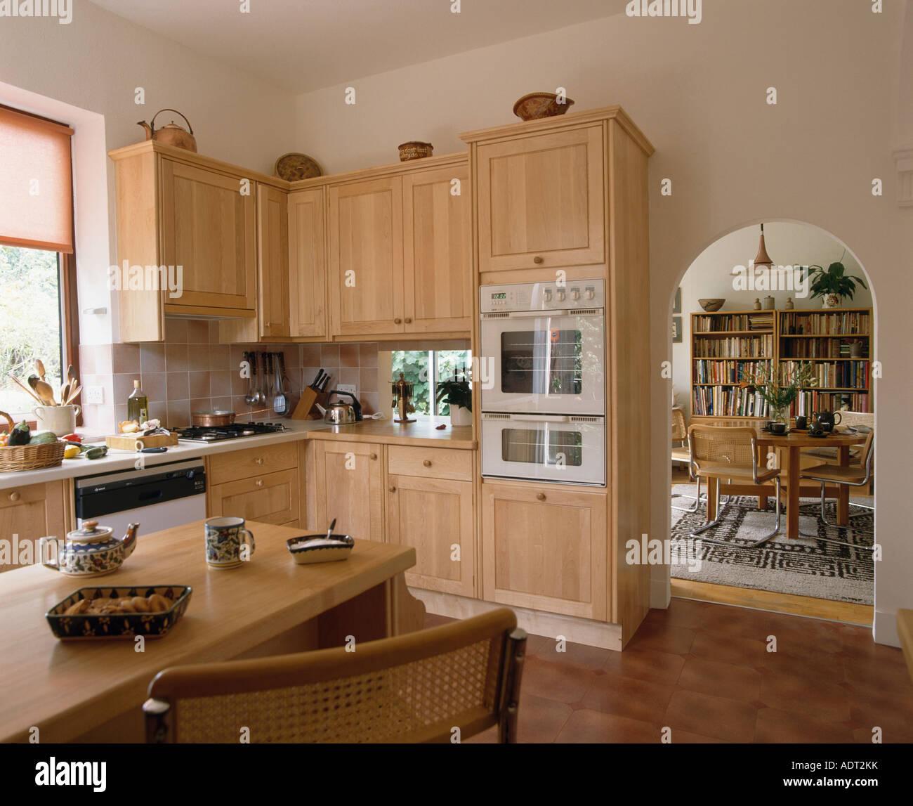 Legno chiaro di unità negli ottanta cucina con arco nella ...