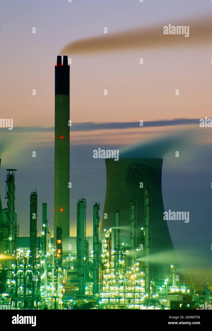 Inquinamento del riscaldamento globale eruttazioni camini in corrispondenza di un impianto chimico Port Talbot Wales Immagini Stock