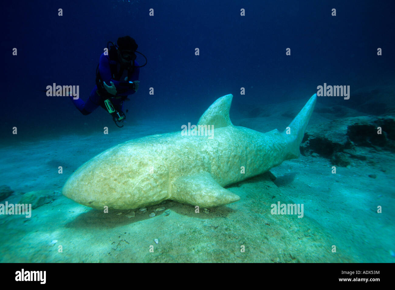 Scuba Diver e subacquea scultura di squalo di Kas Lycia Regione Mar Mediterraneo Turchia Immagini Stock