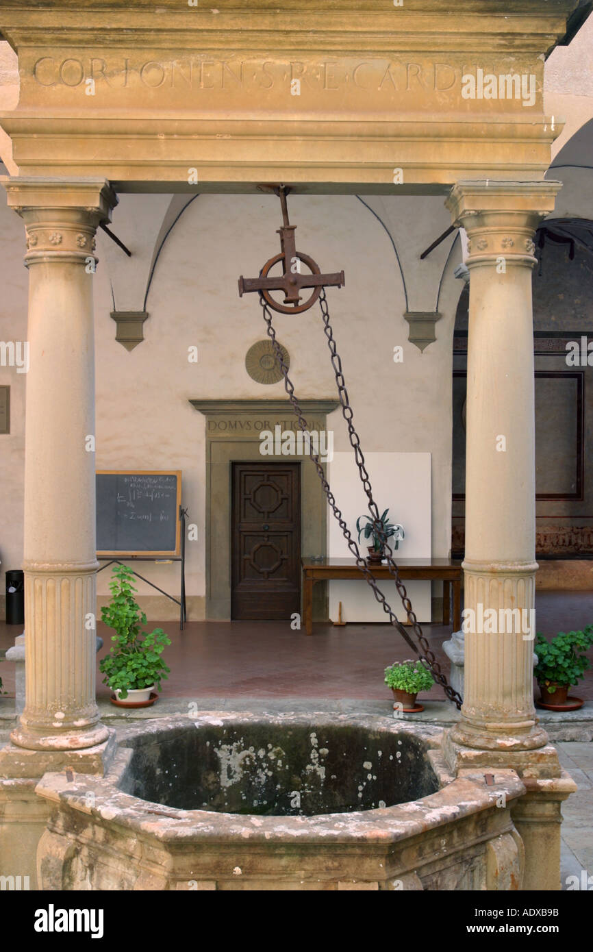 Bene nel cortile interno del Il Palazzone Cortona Italia Foto Stock