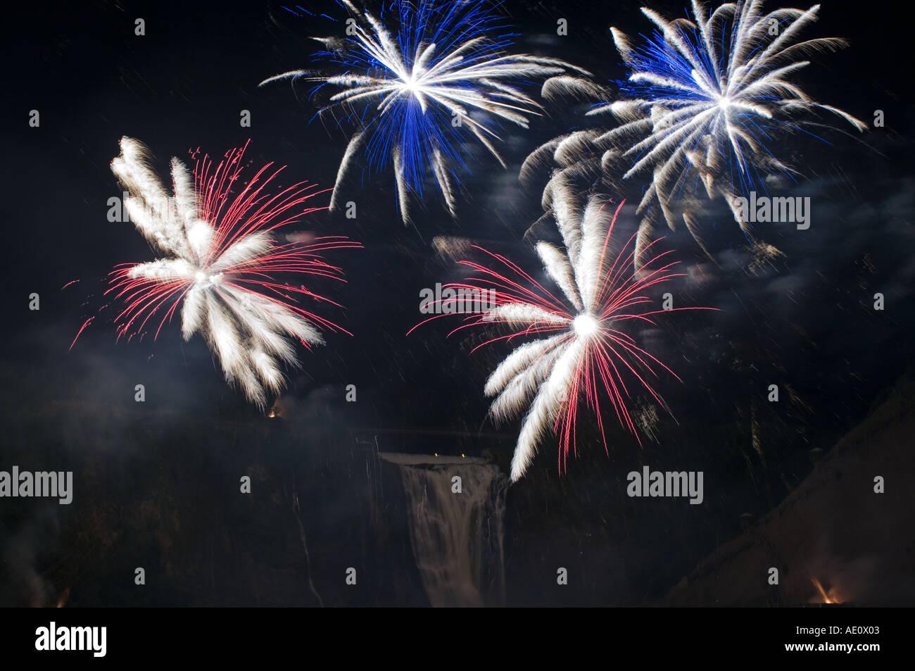 Canada Quebec, Montmorency Falls, Loto Québec Internazionale Competizione di fuochi d'artificio Foto Stock